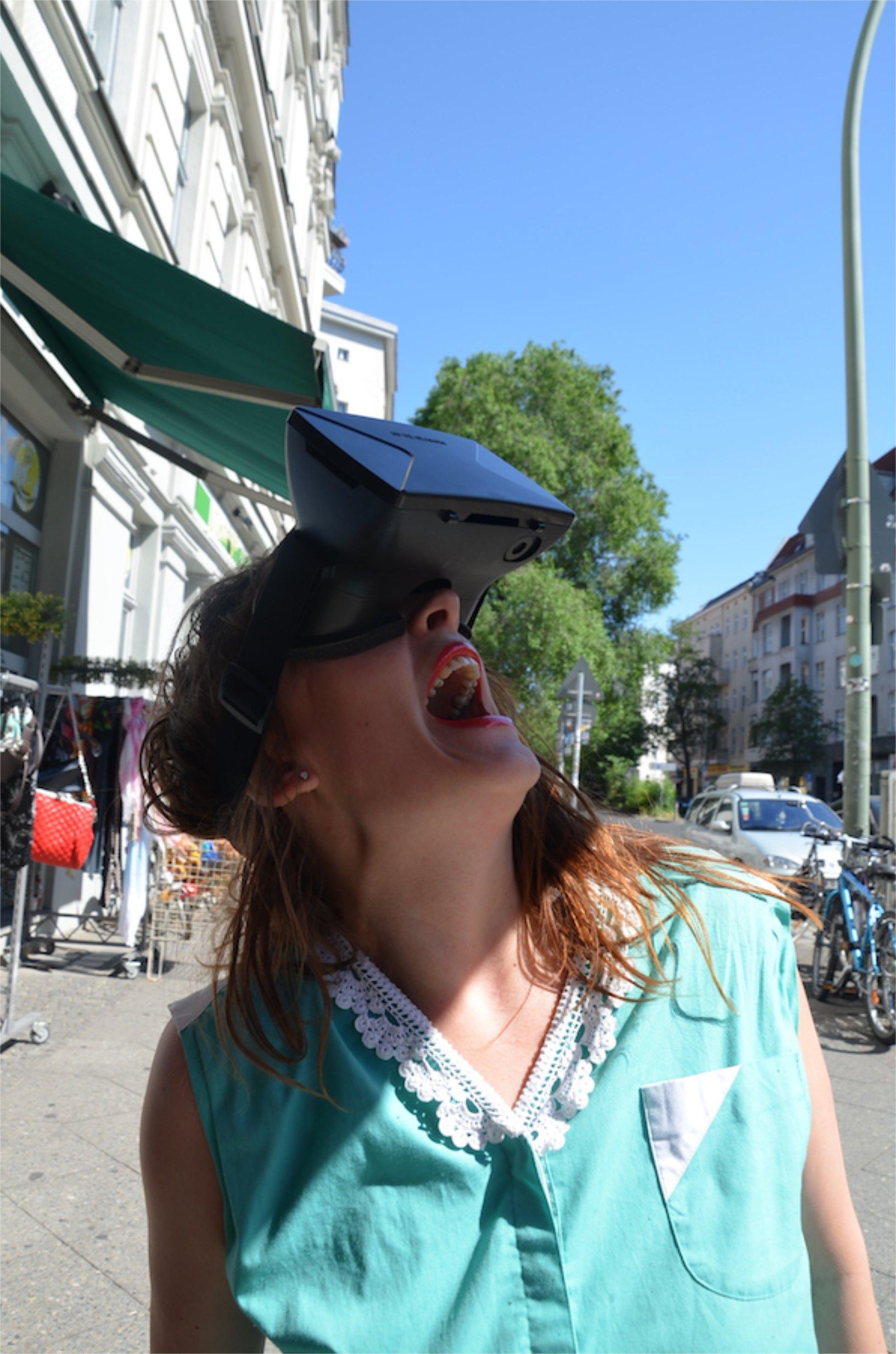 Frau trägt VR Brille
